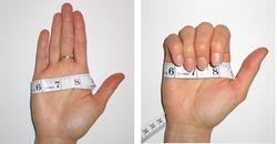 Измерение ширины ладони с помощью рулетки